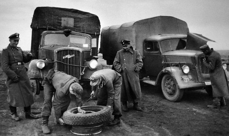 Ремонт колеса грузовика «Opel Blitz 3.6-36S». 1943 г.