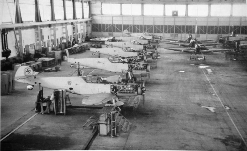 Сборка истребителей «Мессершмитт» Bf. 109G на заводе в Винер-Нойштадте. 1943 г.