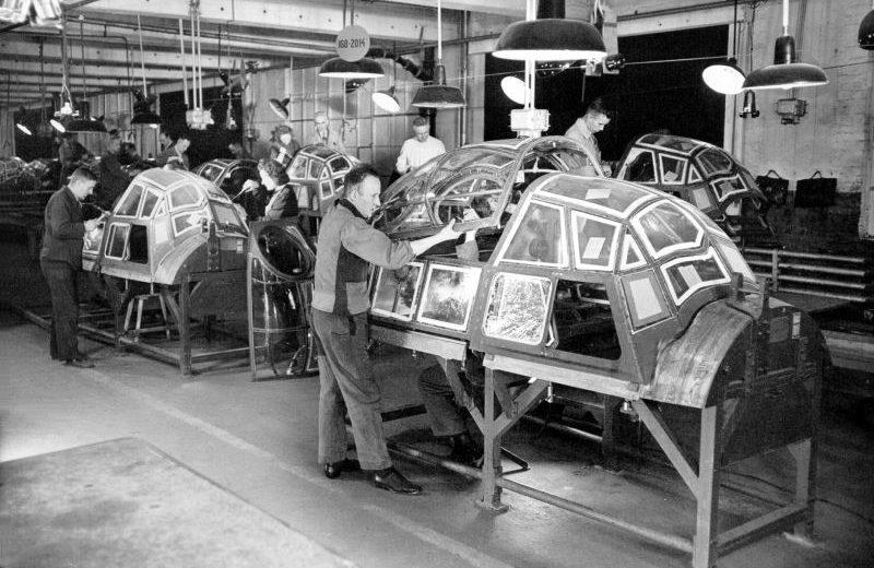 Сборка фонарей кабин бомбардировщиков Ju.88 на заводе Опель в Рюссельхайме. 1943 г.