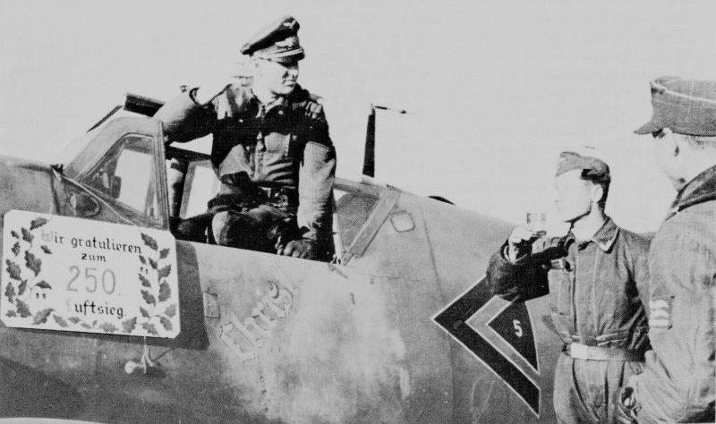 Гауптман Герхард Баркхорн принимает поздравления после 250-й воздушной победы. Февраль 1944 г.
