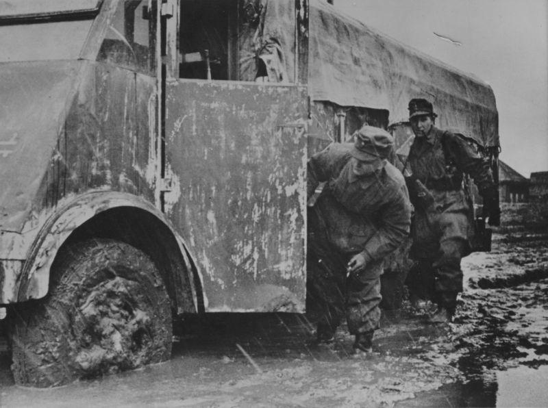 Грузовик «Renault AHS» на дороге на Восточном фронте. 1943 г.