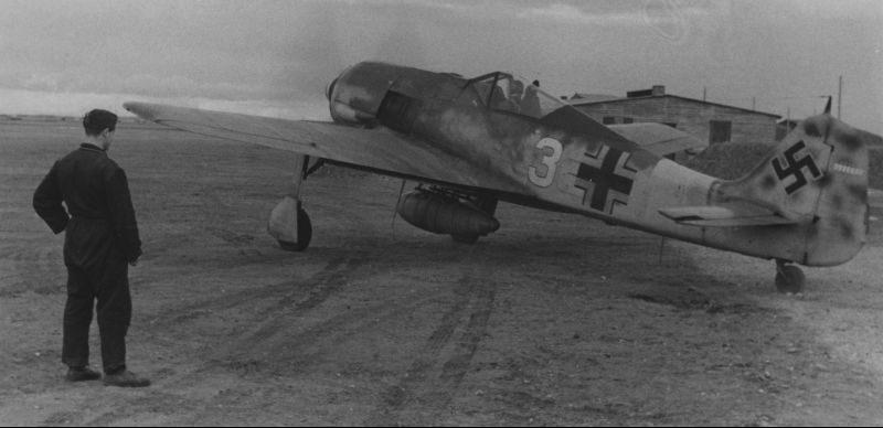 Истребитель Фокке-Вульф Fw-190 перед взлетом с аэродрома в Дании. Апрель 1944 г.