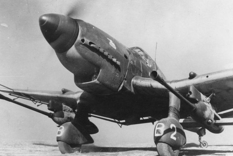 Противотанковый штурмовик Ju-87G-1, оснащенный двумя 37-мм авиационными пушками BK 3,7 в румынском городе Роман. Май 1944 г.