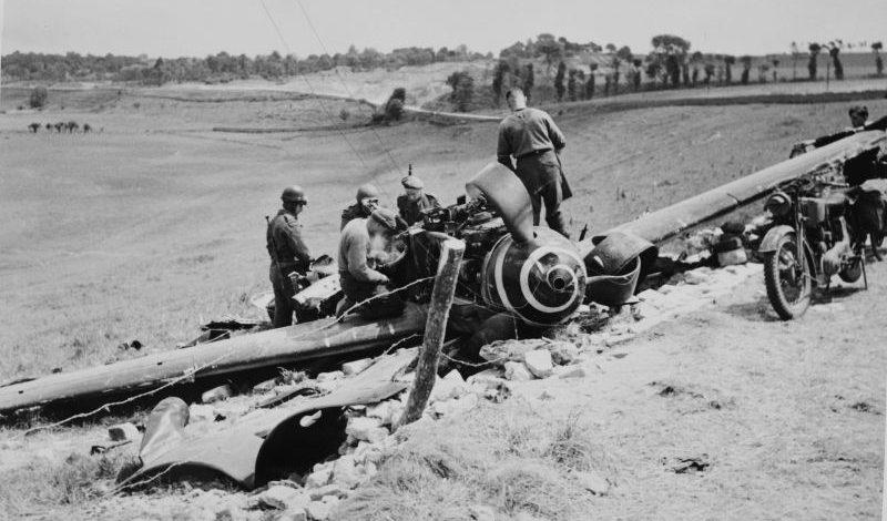 Канадцы осматривают сбитый в районе Крёлли истребитель «Мессершмитт» Bf.109G-6/AS. Франция, июнь 1944 г.