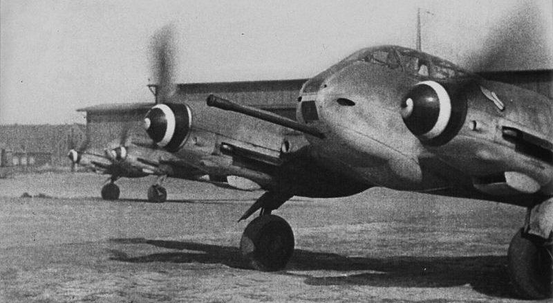 Тяжелые истребители Мессершмитт Me.410 «Hornisse» прогревают двигатели на аэродроме. 1944 г.
