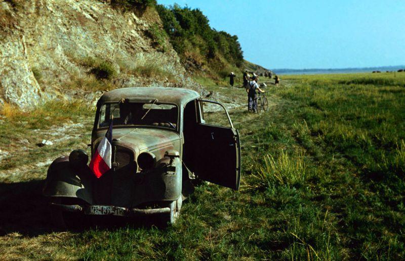 Немецкий штабной автомобиль «DKW F7 Meisterklasse», брошенный на побережье Франции. Июнь 1944 г.