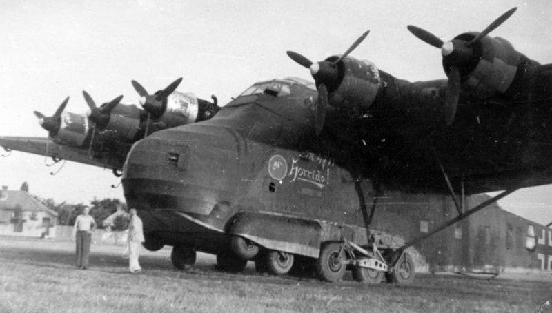Тяжелый транспортный самолет Мессершмитт Me.323 «Гигант» в районе венгерского города Сентеш. 1944 г.