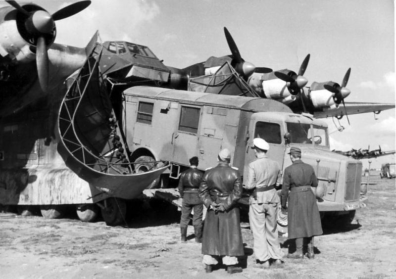 Разгрузка тяжелого транспортного самолета Мессершмитт Me.323 «Гигант». 1944 г.