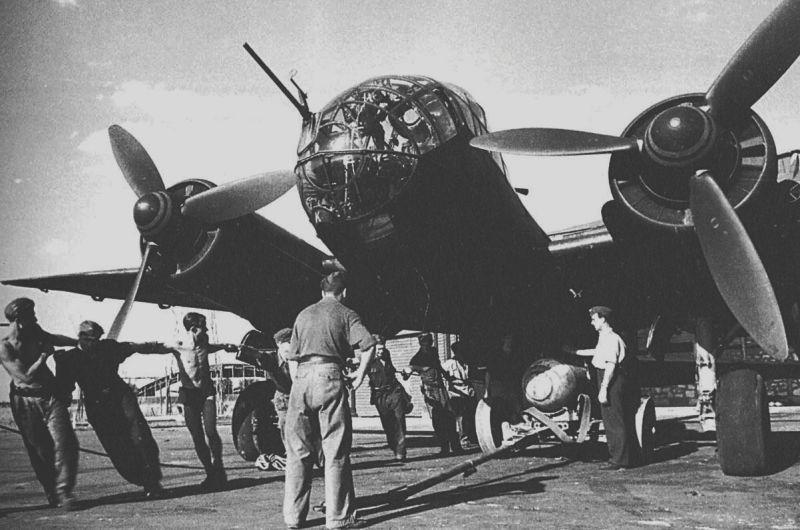 Бомбардировщик Юнкерс Ю-188 готовят к вылету. 1944 г.
