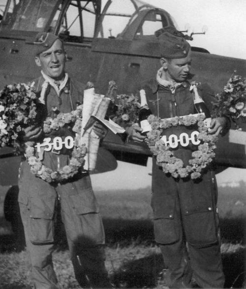 Экипаж Ганса-Ульриха Руделя празднует 1300 боевой вылет. 1944 г.