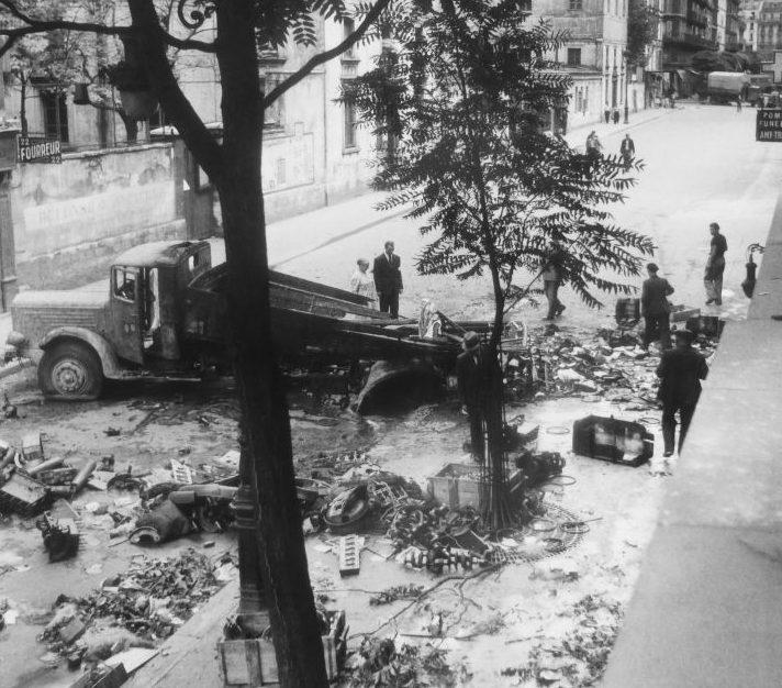 Разбитый грузовик «Büssing-NAG 500» на улице освобожденного Парижа. Август 1944 г.