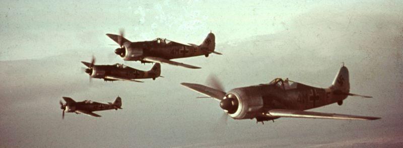 Звено штурмовиков Fw 190F-8 в учебном полете. 1944 г.