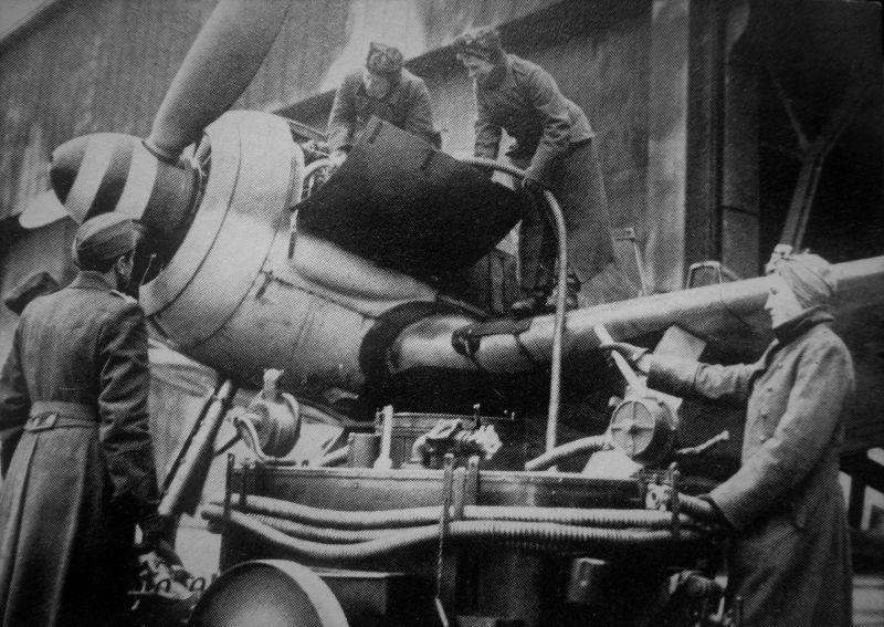 Женщины-авиатехники готовят к запуску двигатель истребителя Фокке-Вульф 190А. 1944 г.