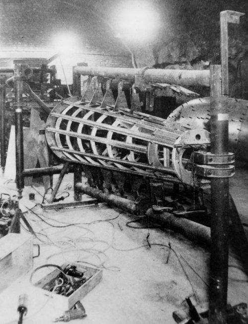 Подземный цех по производству фюзеляжей реактивных истребителей Хейнкель He-162 Volksjäger в штольне в Хинтербрюле. Австрия, 1944 г.
