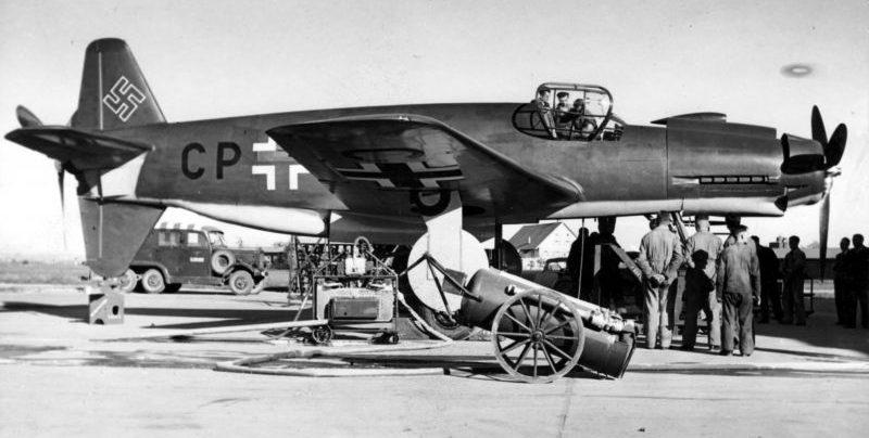 Экспериментальный истребитель-бомбардировщик люфтваффе Дорнье Do.335 на аэродроме. 1944 г.