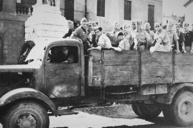 Грузовик «Mercedes-Benz MB L-4500» на улице в Бассано-дель-Граппа. Италия, 1944 г.