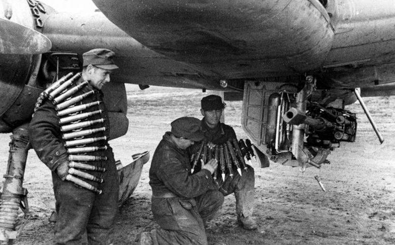 Оружейники заряжают 30-мм пушку MK-103 штурмовика Хеншель Hs-129. 1944 г.