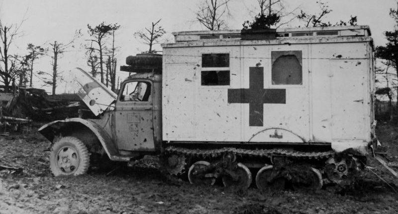 Санитарный автомобиль на шасси полугусеничного грузовика типа «Maultier», захваченный американскими войсками в Хюртгенвальде. 1944 г.