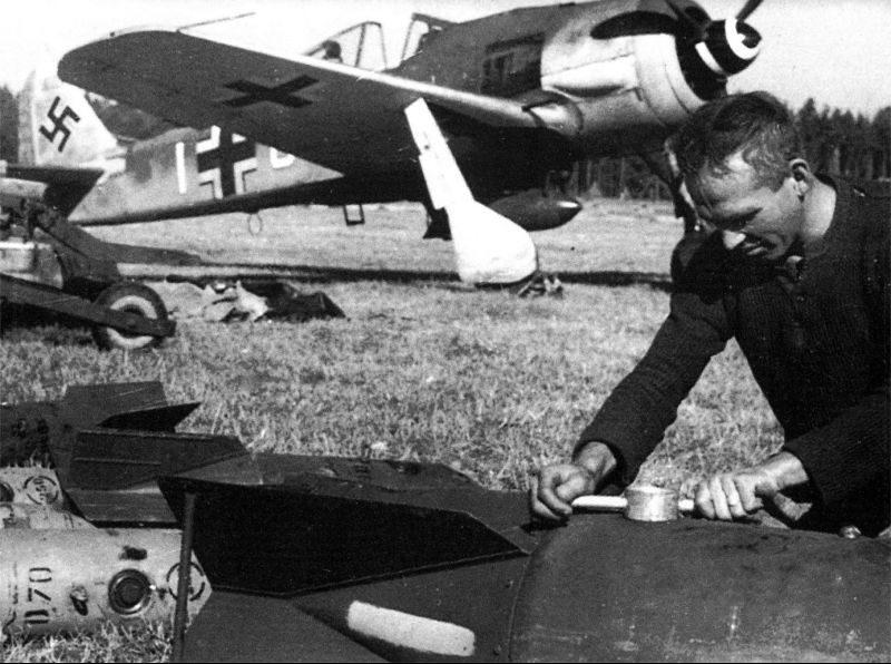 Техник по вооружению ввинчивает взрыватель в бомбу SC 250. 1944 г.