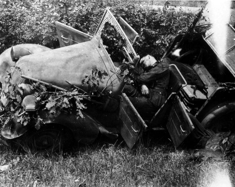 Разбитый автомобиль «Tatra 57-K» на дороге из Сен-Совер-Ле-Виконт. 1944 г.