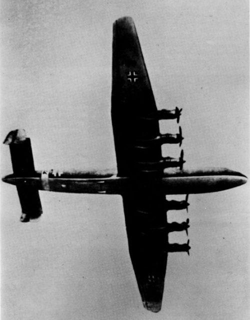 Прототип дальнего тяжелого бомбардировщика и разведывательного самолета Юнкерс Ю-390 в полете. 1944 г.