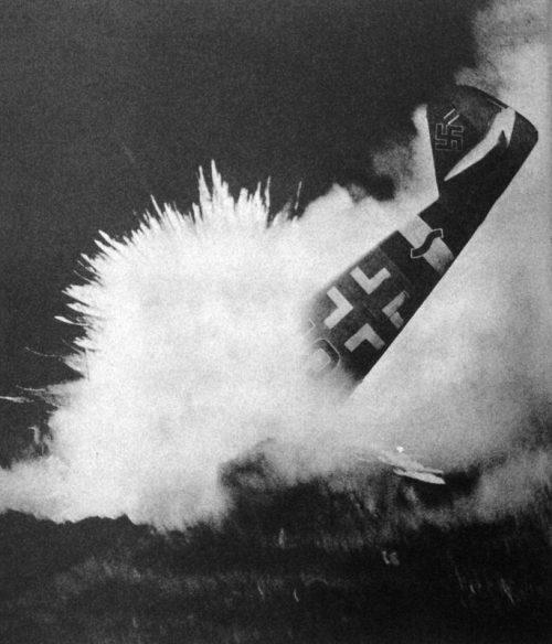 Сбитый истребитель Мессершмитт BF.109 врезается в землю. 1944 г.