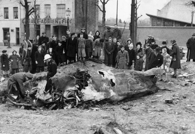 Жители Брюсселя у обломков истребителя Fw. 190. Январь 1945 г.