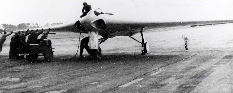 Экспериментальный реактивный самолет Horten Ho IX V2 на аэродроме в Ораниенбурге. Февраль 1945 г.