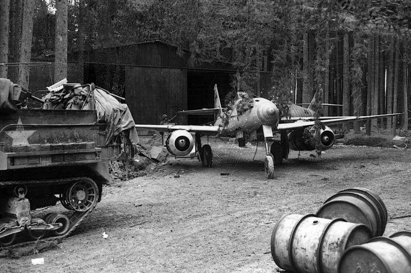 Реактивные истребители Me. 262A-1a, брошенные в районе Бургау. Апрель 1945 г.