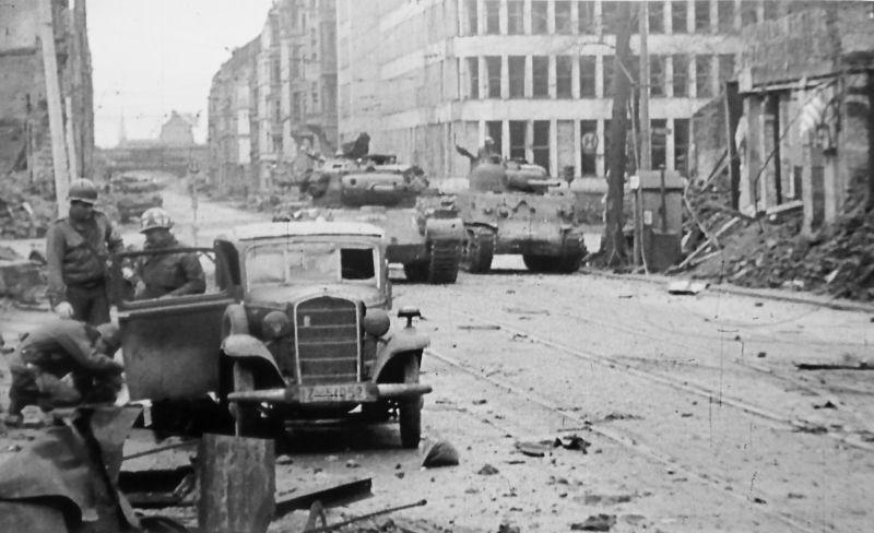 Американские солдаты у автомобиля «Opel-4» во время боев за центр Кельна. Март 1945 г.