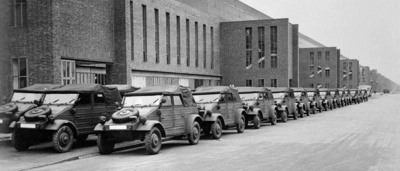 Новые автомобили Kübelwagen, захваченные американцами на территории завода «Фольксваген». Апрель 1945 г.