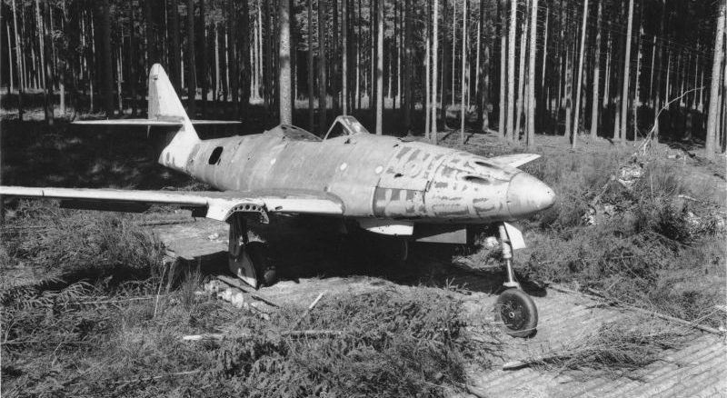Недостроенный реактивный истребитель Ме-262 на площадке сборки лесного завода Куно I вблизи города Лайпхайм. Апрель 1945 г.