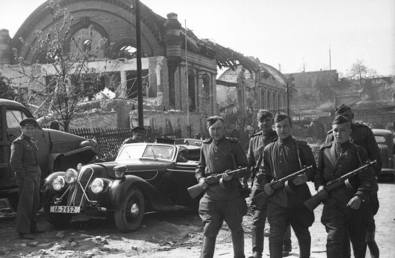 Трофейный автомобиль «BMW 327/28» на окраине Берлина. Май 1945 г.