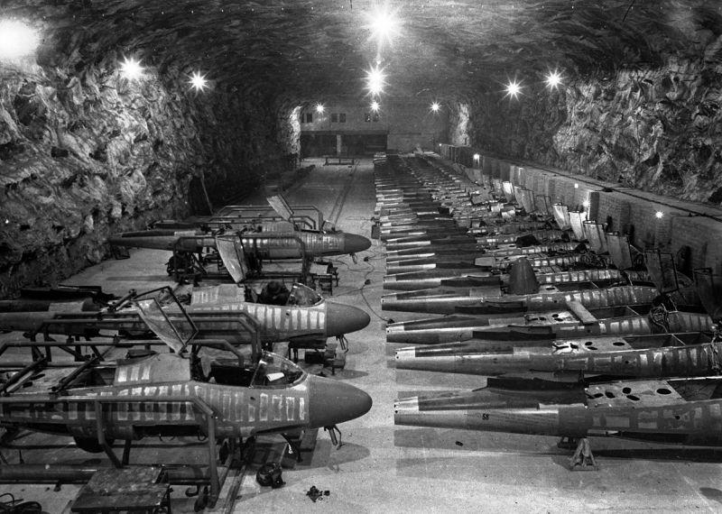 Линия сборки реактивных истребителей Хейнкель He-162 «Salamander» на подземном заводе компании «Юнкерс» в Тартуне. Апрель 1945 г.