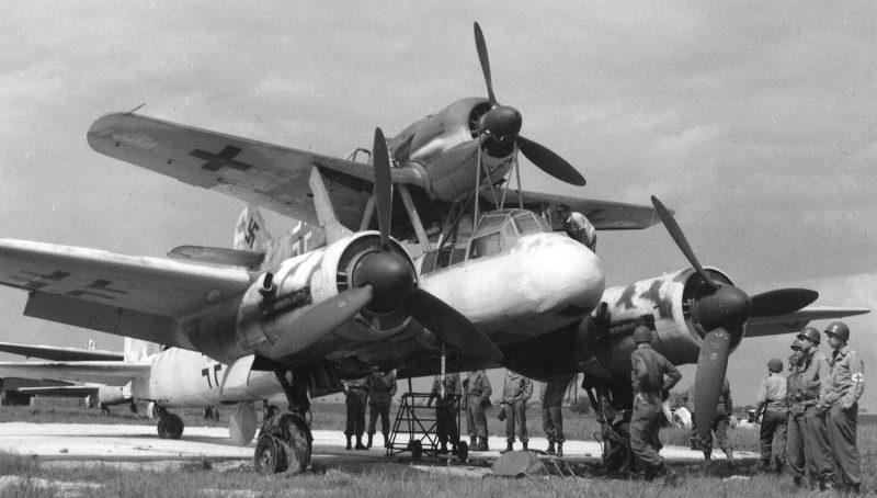 Авиационный комплекс «Mistel-2», захваченных союзниками в Бернбурге, состоящий из бомбардировщика Юнкерс Ю-88 и истребителя Фокке-Вульф Fw-190. Май 1945 г.