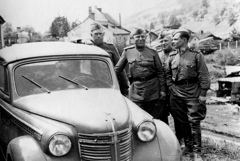 Советские офицеры возле трофейного автомобиля «Opel Olympia Cabrio-Limousine» в Австрии. Май 1945 г.
