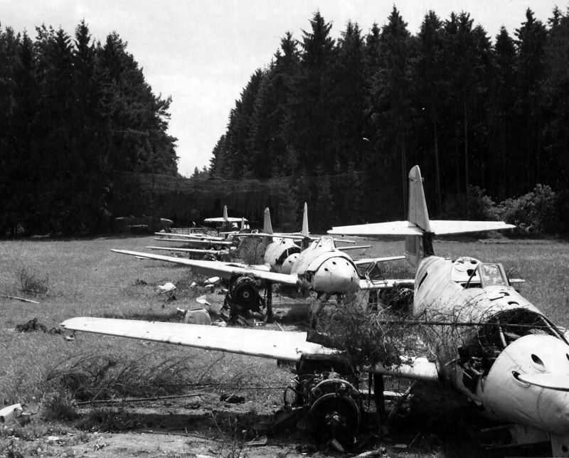 Реактивные истребители Me-262, захваченные американцами на территории завода Обертраублинг под Регенсбургом. Июнь 1945 г.