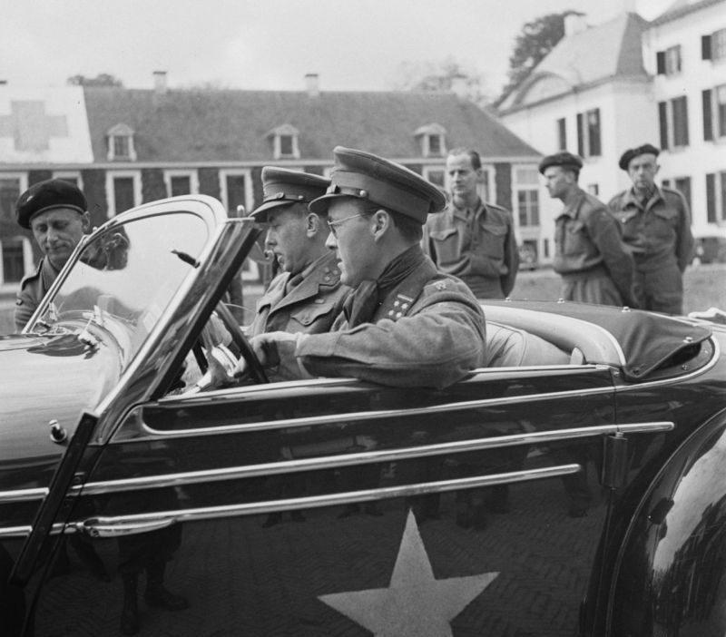 Принц Бернард Липпе-Бистерфельдский в автомобиле «Mercedes-Benz 540-K». Май 1945 г.
