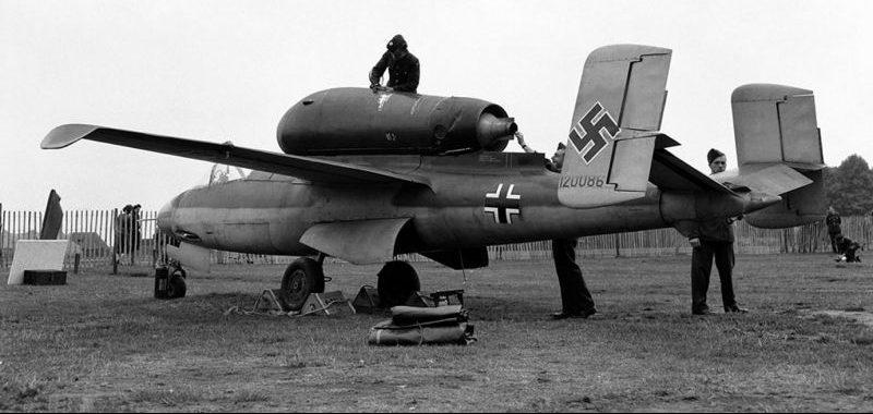 Захваченный союзниками реактивный истребитель He-162 «Саламандра» на выставке в Лондоне. Сентябрь 1945 г.