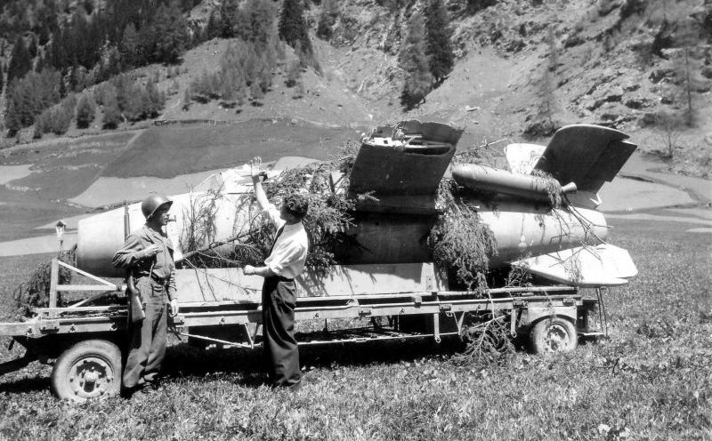 Экспериментальный истребитель-перехватчик вертикального взлета Bachem Ba 349 «Natter», захваченный американцами в Австрии. 1945 г.