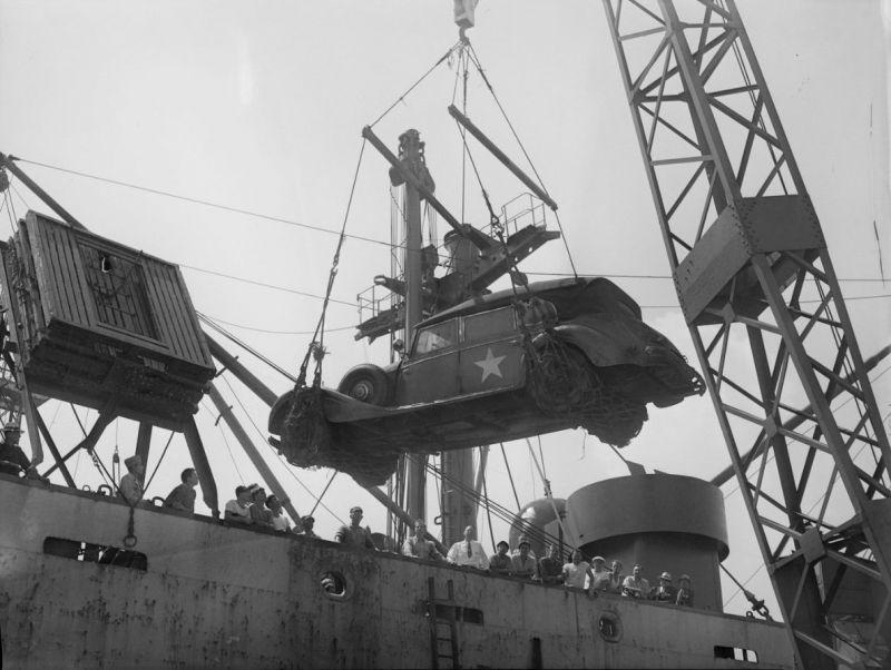 Трофейный автомобиль «Мерседес-Бенц 770» рейхсмаршала Германа Геринга выгружается в порту США. 1945 г.