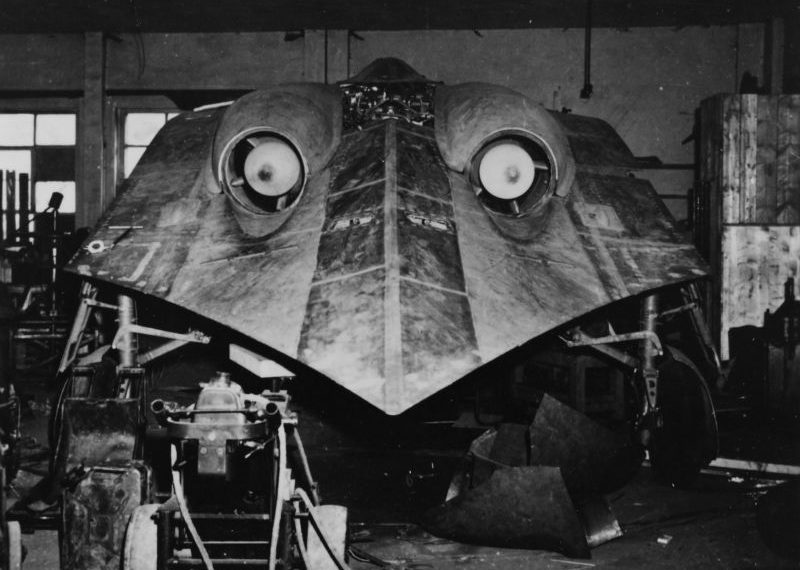 Экспериментальный реактивный самолет Horten Ho-IX V3 в цеху захваченного американцами завода в Фридрихроде. 1945 г.