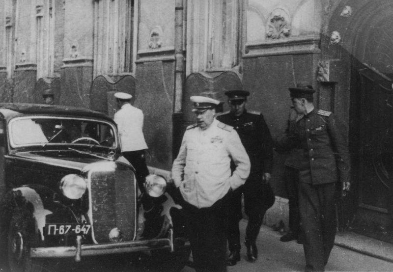 Маршал Толбухин у трофейного автомобиля «Мерседес». Ноябрь 1945 г.