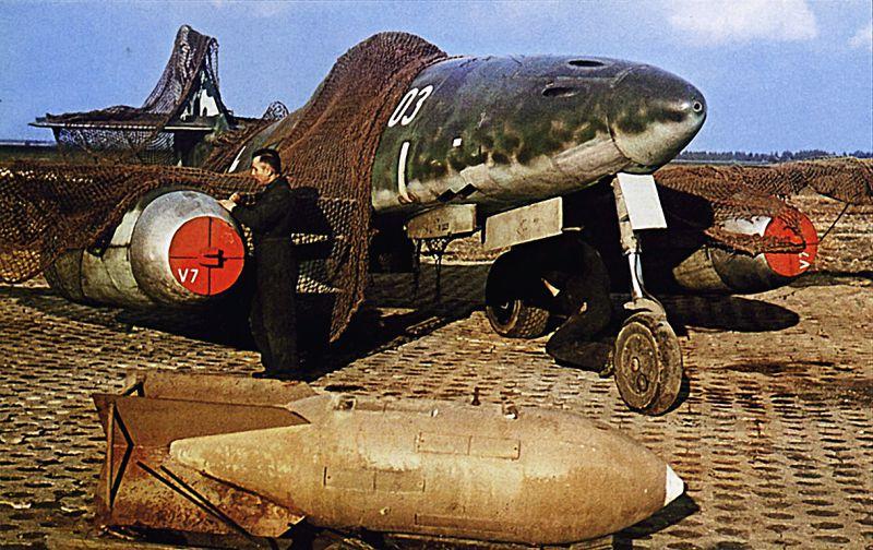 Техники осматривают реактивный истребитель Мессершмитт Ме-262V7 на аэродроме в Германии. 1945 г.