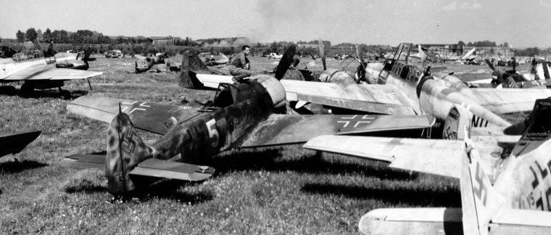 Кладбище разбитых и разукомплектованных немецких самолетов. 1945 г.