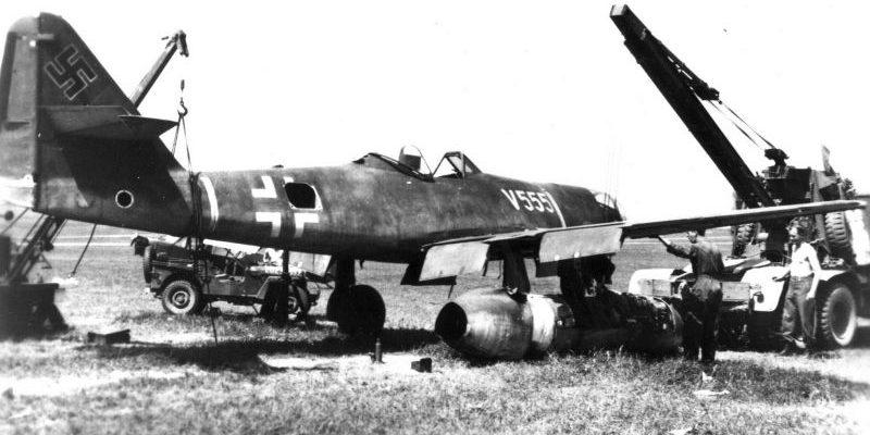 Американцы готовят к вывозу реактивный истребитель-бомбардировщик Мессершмитт Me.262A-2a «Штурмфогель» на территорию США. 1945 г.