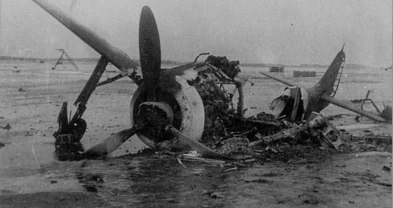 Истребитель Фокке-Вульф Fw. 190, уничтоженный на аэродроме Варген. 1945 г.