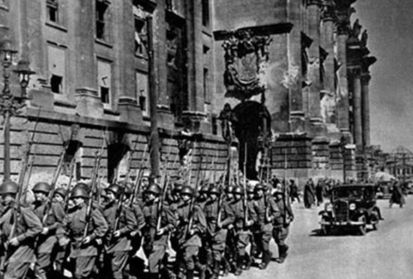 Колонна 372-й Краснознаменной Новгородской стрелковой дивизии на параде в Берлине.