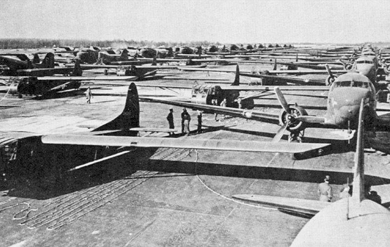Планеры C-47 и CG-4A с десантом перед взлетом.