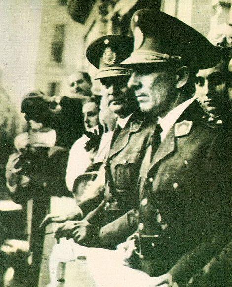Артуро Роусон и Педро Рамирес на балконе президентского дворца Каса-Росада.